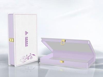 礼品包装盒在进行覆膜工艺时,有色差吗?